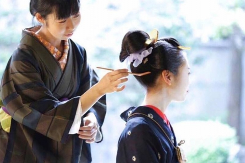 "Experience ""Nihongami"" (traditional Japanese hairstyle) and Chonmage (topknot) with an authentic ""Kamiyuishi"" (Nihongami hairdresser) from Kyoto!"