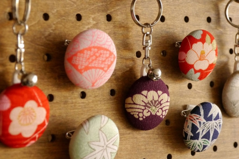 Make a Key Chain from Kimono Fabric in a Café